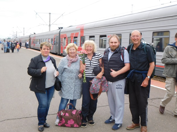 Our members Joyce and John arrive in Yaroslavl by train from Moscow — with Galina Zhiganova, Alexey Volkov and Irina Peneva at Ярославль - Главный